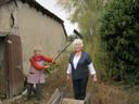 Joke in Frankrijk met het inmiddels 85-jarige 'boerenwiefke' Josette. Joke wil nog graag een boek schrijven over haar verblijf in Frankrijk. ,,Mijn man Freek en ik hebben daar de mooiste tijd van ons leven gehad.''
