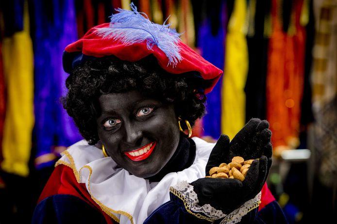 Een vrouw geschminkt als Zwarte Piet.