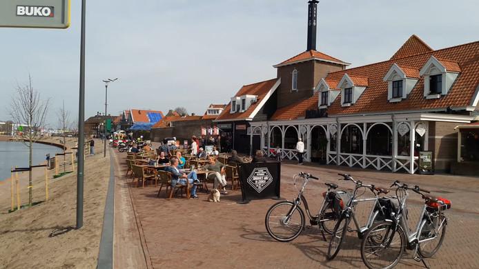 Drukte op de nieuwe boulevard in Harderwijk.