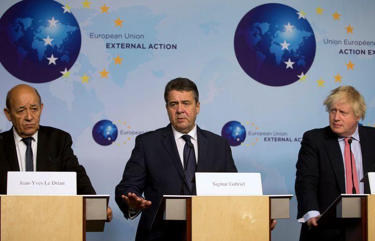 De ministers van buitenlandse zaken van Frankrijk, Duitsland en Groot-Brittannië, Jean-Yves Le Drian (L), Sigmar Gabriel en Boris Johnson Beeld AP