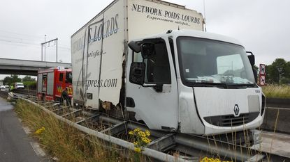 Vast op betonnen scheidingswand met truck