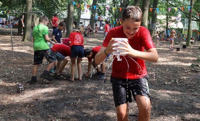 De 11 jarige Milan de Wolf heeft het lekkende emmertje even van zijn hoofd gehaald. Hij probeert het zo snel mogelijk naar de overkant te brengen.