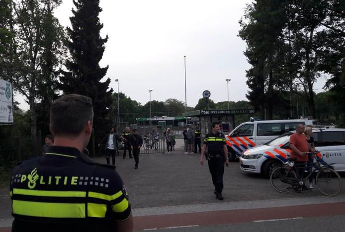 De politie trok even na half acht met flink wat agenten naar de velden van SEC Soest