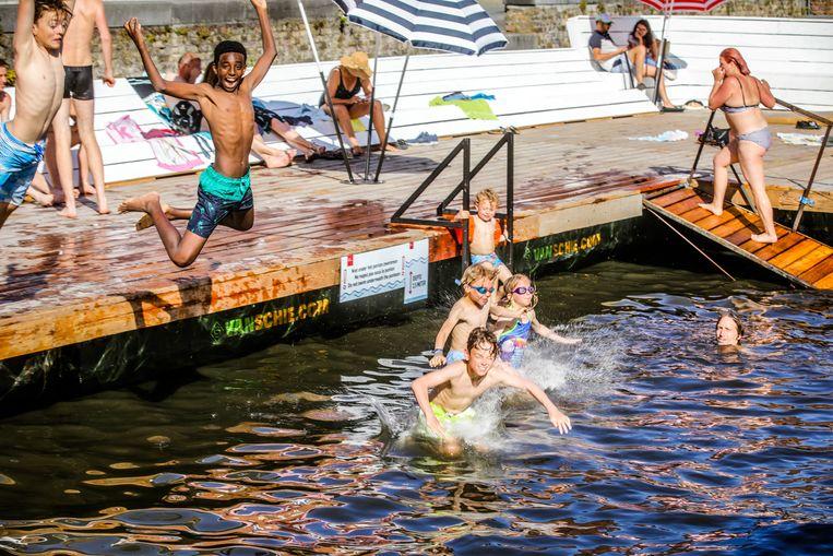 Deze kinderen genieten van de waterpret aan de Coupure.