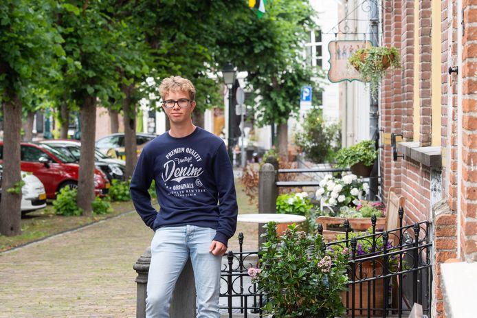 Eric Verbrugge in De Elfhuizen op de Markt, waar hij nog heeft gewoond.