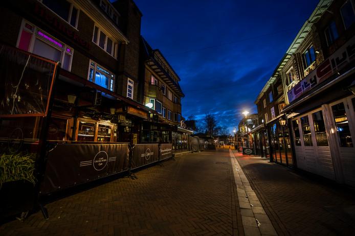 Het Caterplein, hét uitgaansgebied van Apeldoorn, is uitgestorven op vrijdagavond.