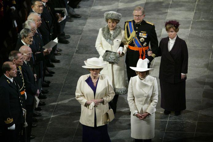 Foto uit 2004: koningin Beatrix en de prinsessen Irene, Christina en Margriet op de begrafenis van hun vader prins Bernhard. Mr. Pieter van Vollenhoven begeleidt het viertal.