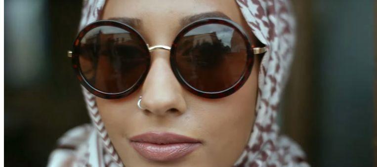 Een still uit de reclame van H&M, met modelMariah Idrissi. Beeld H&M