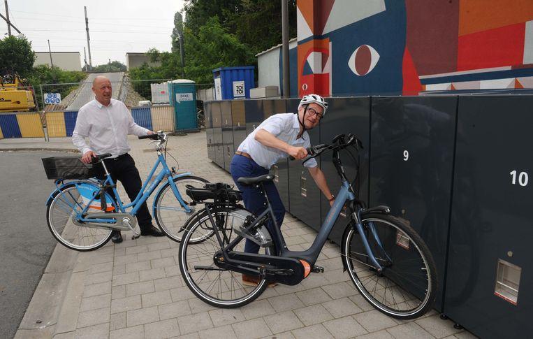 Stad Vilvoorde opent samen met de Lijn een nieuw -Mobipunt - met digitale infozuil en fietskluizen op de foto rechts = minister Ben Weyts en Hans Bonte