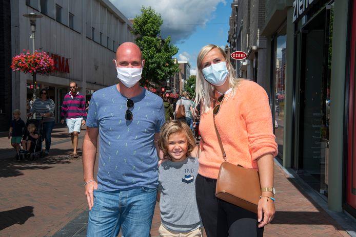 De Antwerpse familie Fennincx mét mondkapjes in Apeldoorn.