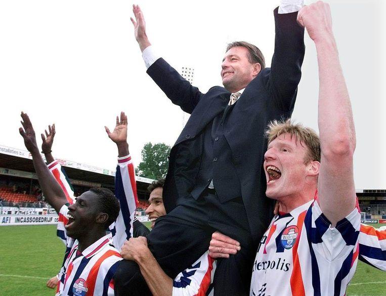 Co Adriaanse wordt in 1999 op de schouders door het stadion gedragen na plaatsing voor de Champions League. Beeld null