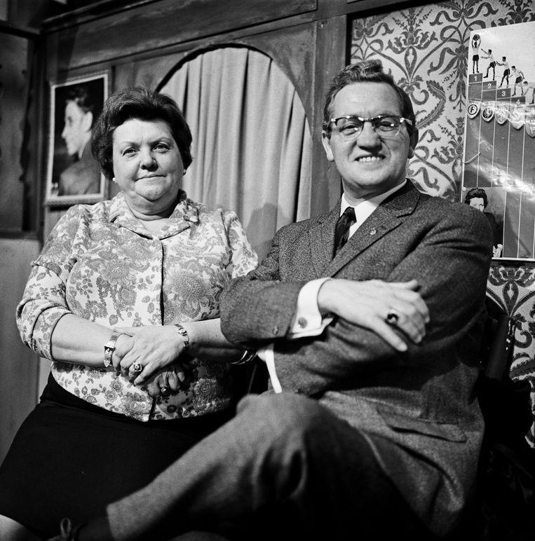 Helena Kok-Polder, alias Tante Leen, in 1968. Met Johnny Jordaan. Beeld ANP Kippa
