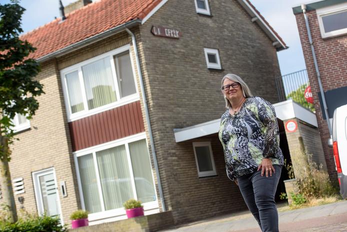 Lia van de Vijfeijke voor haar woning in Aalst.