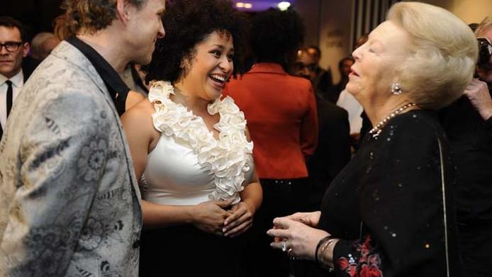 Koningin Beatrix (R) praat met mezzosopraan Tania Kross voorafgaand aan het Koninkrijksconcert in het Agora Theater in 2011.