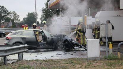 Paniek langs Nederlandse snelweg: vrouw rijdt met brandende auto naar tankstation
