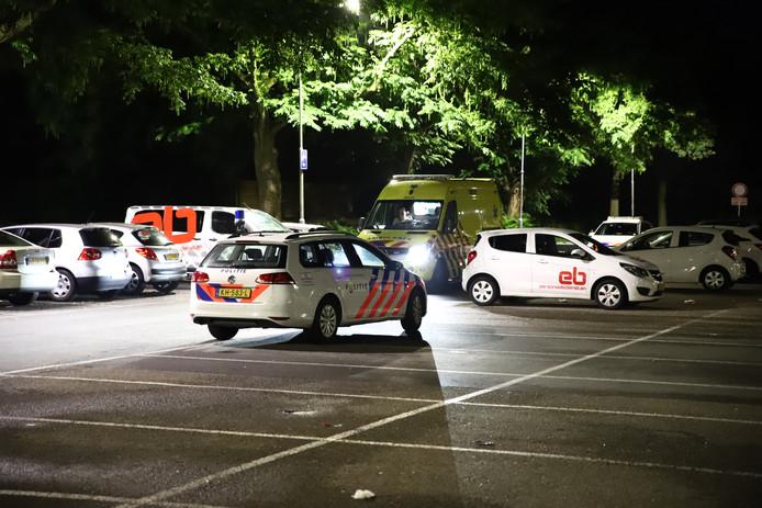 Politie en ambulance op parkeerplaats Het Taluud voor een incident aan de Stationstraat in Tiel.