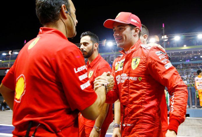 Charles Leclerc neemt de felicitatie van zijn team in ontvangst.
