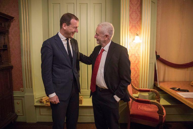 Sociaal-democraten onder elkaar: Jeremy Corbyn van de Engelse Labour Party (r) was donderdag op visite bij PvdA-leider Lodewijk Asscher.  Beeld Werry Crone