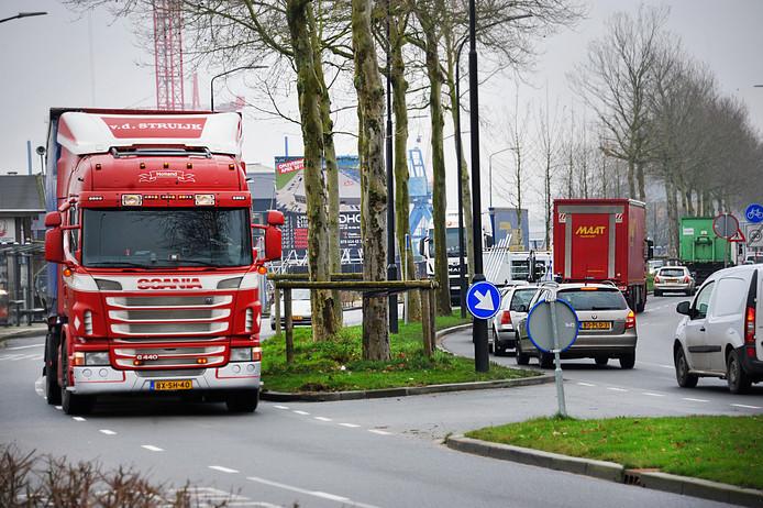 Het wemelt al de hele week van de vrachtwagens op de Merwedestraat.