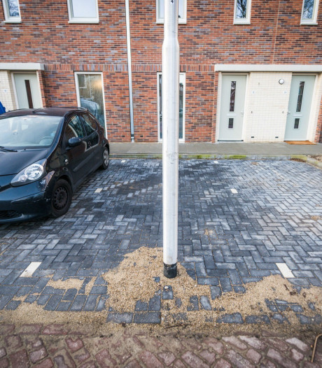 Buurtbewoners ergeren zich kapot aan 'knullige' lantaarnpaal midden in Eindhovens parkeervak
