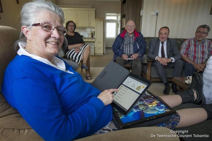 Alie van den Belt kan met een speciale app op de iPad lichten aan- en uitdoen en kijken wie er voor de deur staat.