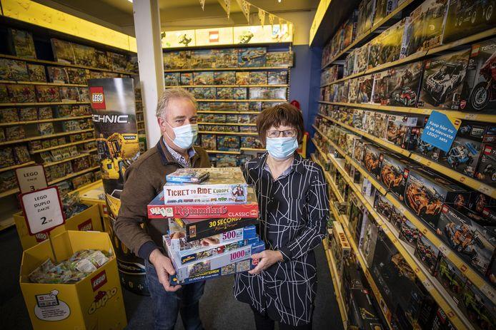 Rudy en Angela Kampkuiper in hun speelgoedzaak aan de Deurningerstraat waar vooral spellen en puzzels erg in trek zijn.