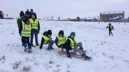 Kinderen van De Oester spelen in de sneeuw