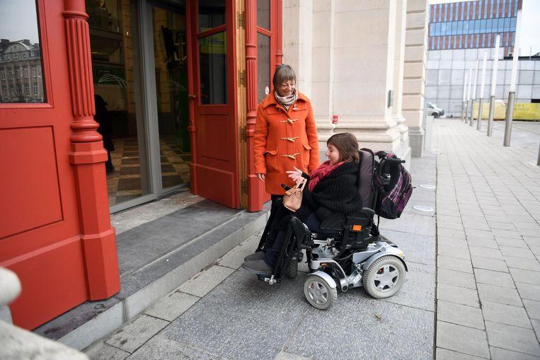 Ook de hoofdingang is niet aangepast aan minder mobiele mensen zoals Dorien, die zelf in een rolstoel zit.