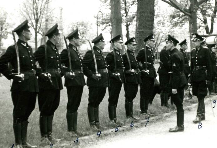 Agenten van de Osse gemeentepolitie in maart 1944. Tweede van links wachtmeester W. de Haan.