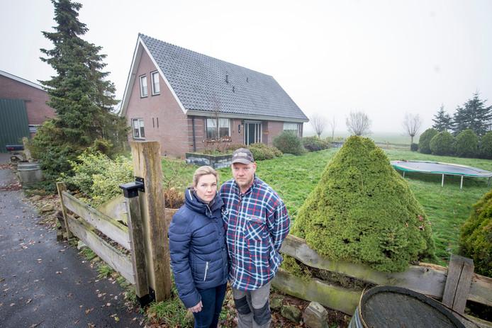 Rick en Frederike Keijzer voor hun woning, die door een mislukte behandeling met pur onbewoonbaar is geworden.