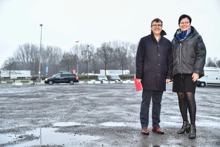 """Schepenen Leen Dierick en Marius Meremans op de Gedempte Dender. """"De site moet een nieuwe invulling krijgen in plaats van de huidige grijze, desolate vlakte""""."""