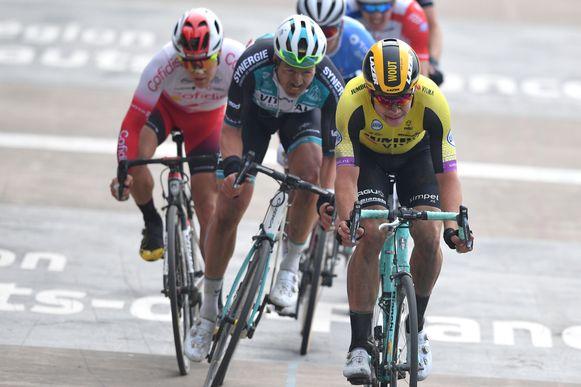 Wout van Aert met Bert De Backer in het wiel op de piste in Roubaix.