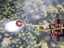 Bambi buckets van Defensie storten duizenden liters water op brandhaarden in natuurgebied