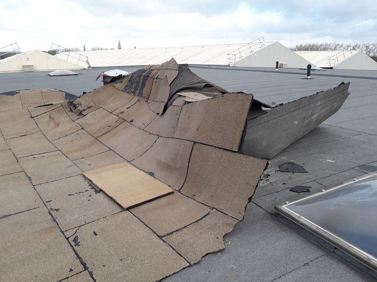 Stormschade Bombardier: de roofing van het dak kwam los