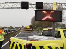 Veel verkeershinder na gekantelde aanhanger met buizen op A28 bij Wezep