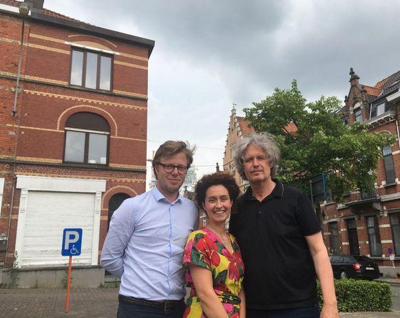 Thomas Allaert, Fanny Leenknecht en Wout Maddens bij het hoekpand op het Sint-Amandsplein.