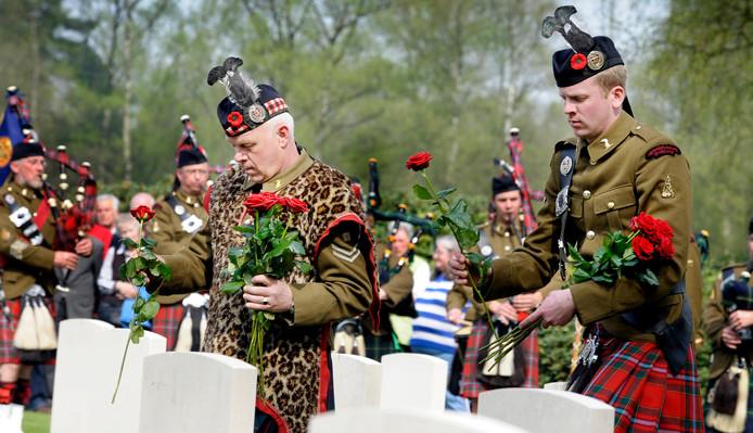 De Somme Battlefield Pipe Band uit Frankrijk was deze keer ook aanwezig op de Canadese Begraafplaats in Holten