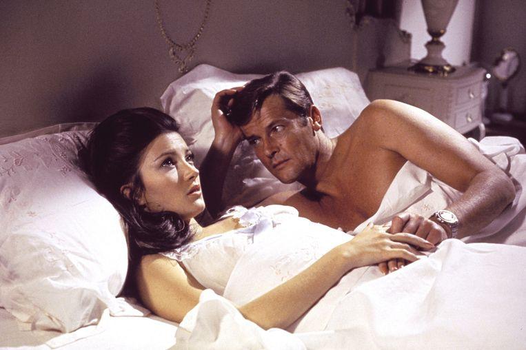 Jane Seymour en Roger Moore spelen een scène in de James Bond-film Live en Let Die (1973). Beeld AP