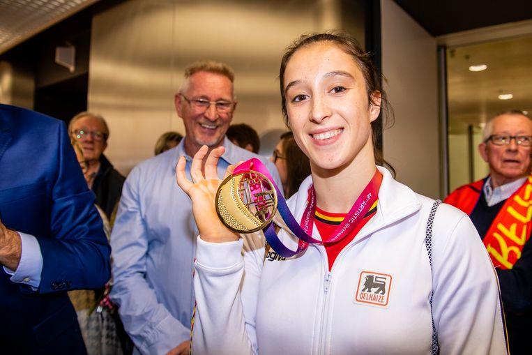 Nina Derwael showt haar gouden medaille na het WK.