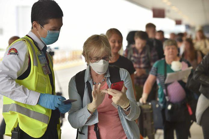 Franse staatsburgers staan in de rij om de internationale luchthaven van Sydney te mogen betreden voor een repatriëringsvlucht vandaag.