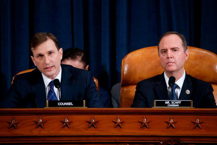 Adam Schiff, de Democratische voorzitter van de Inlichtingencommissie van het Huis van Afgevaardigden, luistert terwijl advocaat Daniel Goldman (links) beide getuigen ondervraagt.