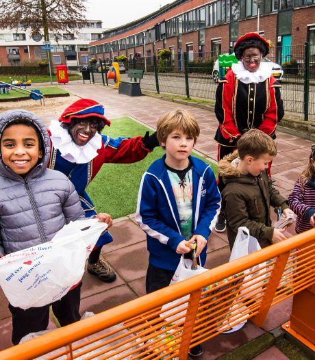 Piet geeft 100 gratis cadeautjes weg in Enschede, maar waar zijn de kinderen?