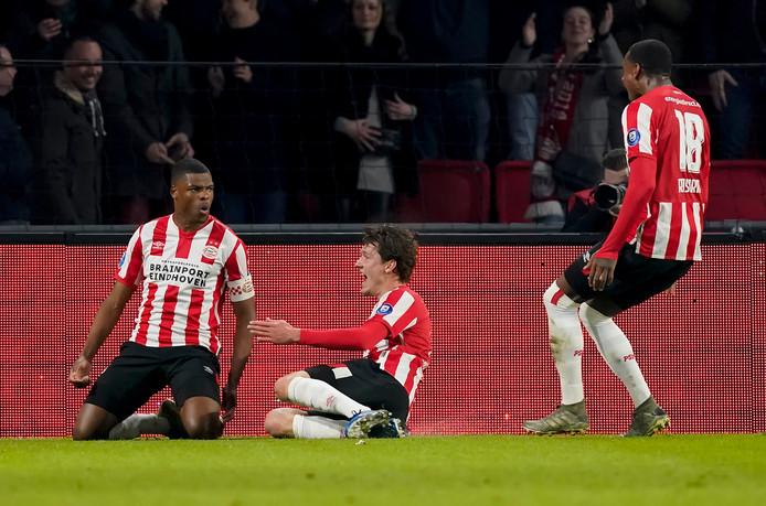 Denzel Dumfries juicht na zijn 1-0 tegen Willem II.