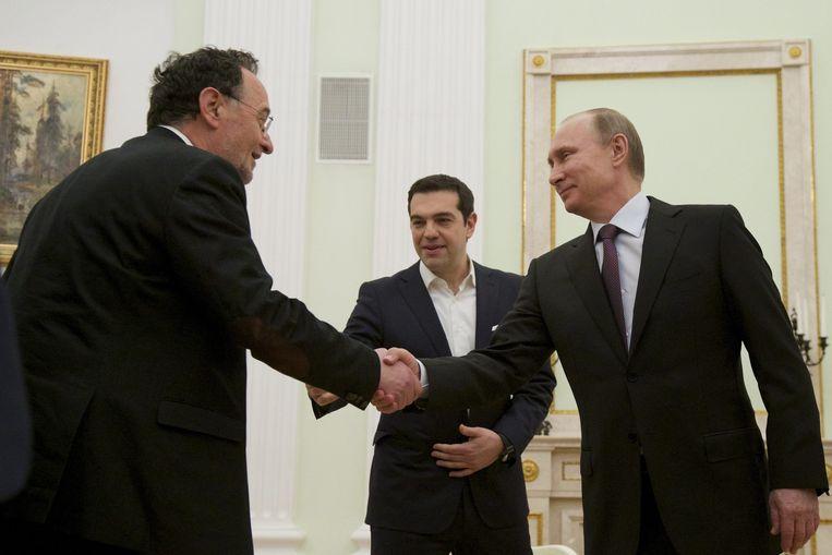 Poetin schudt de hand van Panagiotis Lafazani, de Griekse minister van Energie. Beeld epa
