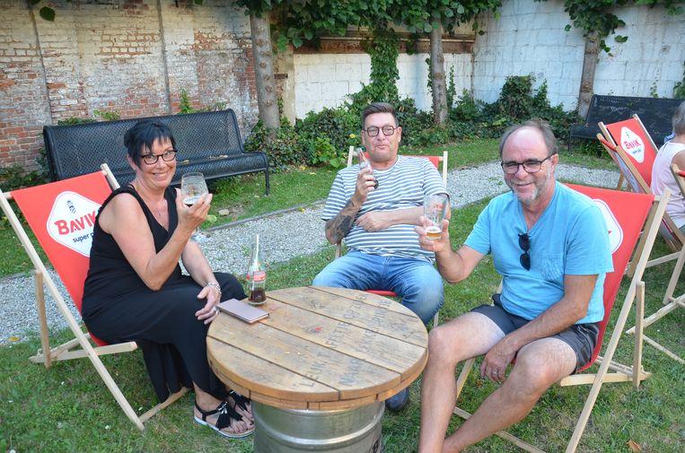 Rita De Valck en Aloïs Traweels genieten samen met een vriend van een drankje in zomerbar 'La Bamba' in Ninove