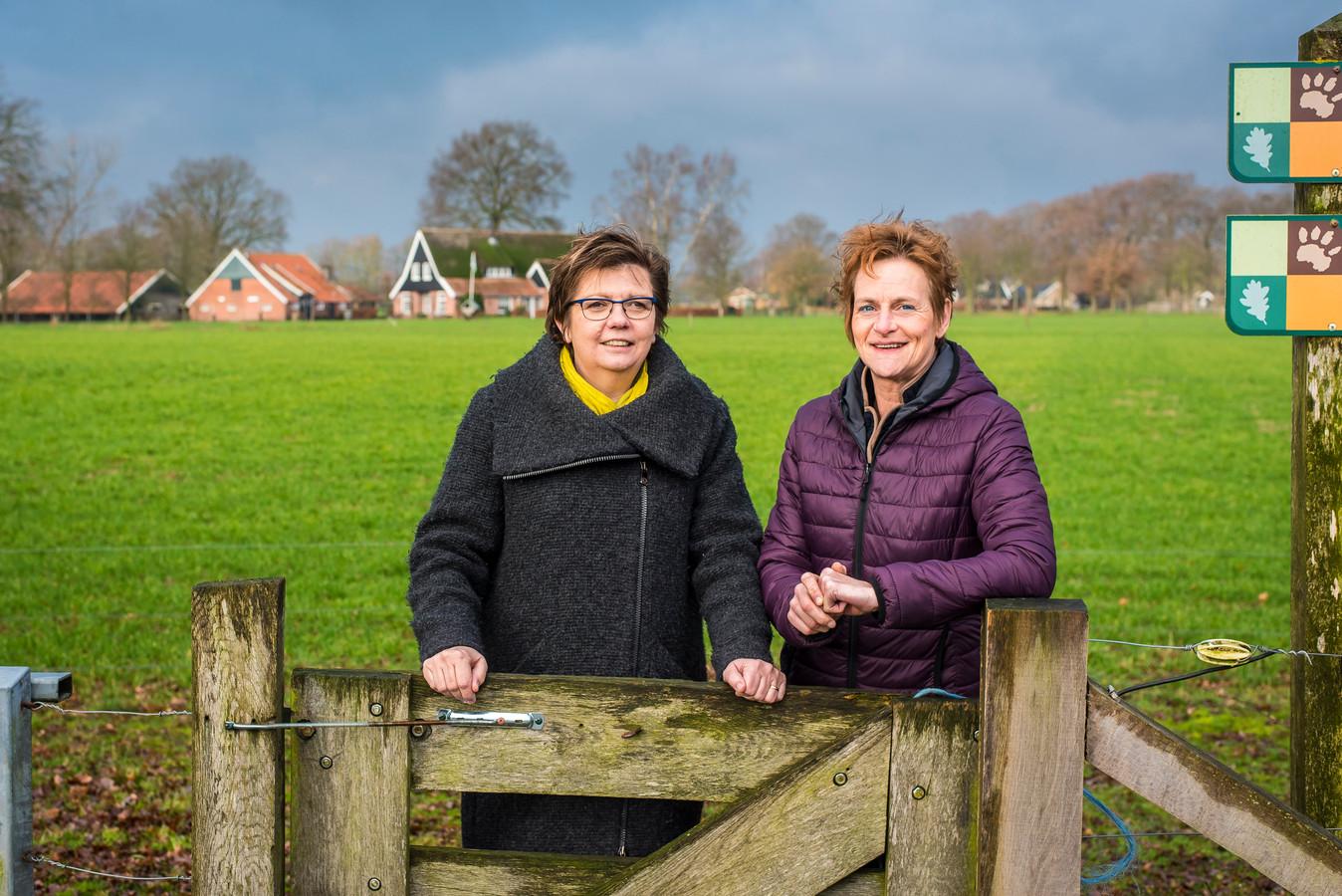Agnes Mentink (links) en Angela Pigge op een mooi plekje in het buitengebied van Enter.