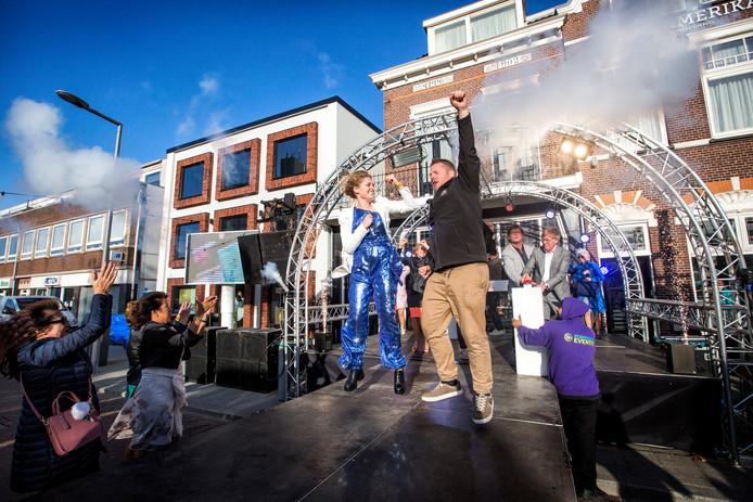 Linda Geers (links op het podium) springt een gat in de lucht bij de spectaculaire heropening van Hotel Amerika.