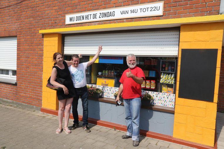 Alfons Stroobants bij zijn zondagswinkel. Deze toevallige passanten willen een selfie nemen voor de winkel.