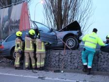 Auto knalt op muur rotonde Middelburg