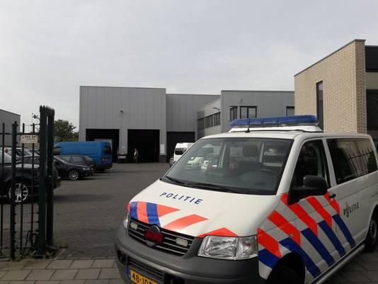 Een politie-auto blokkeert de ingang bij het bedrijf aan de Uilenwaard in Den Bosch.